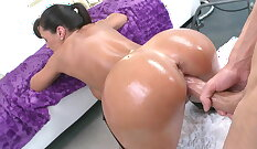 Busty blondie milf Lisa Ann spilling ravishing pussies on the couch